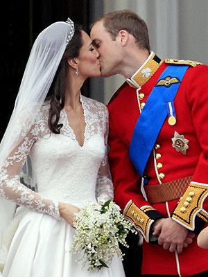 Prince-William-Kate-Middleton-Balcony-Kiss-PHOTOS