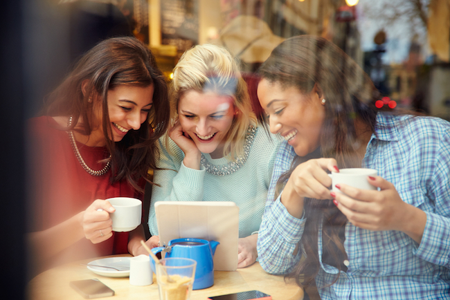 computer, women on computer, weekend links, articles, lorens world, my fashion cents, fashion, news, beauty, lifestyle, entertainment