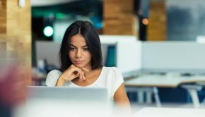 girl in front of computer, computer, girl reading, weekend links, online content, news, fashion, beauty, lifestyle, entertainment, fun